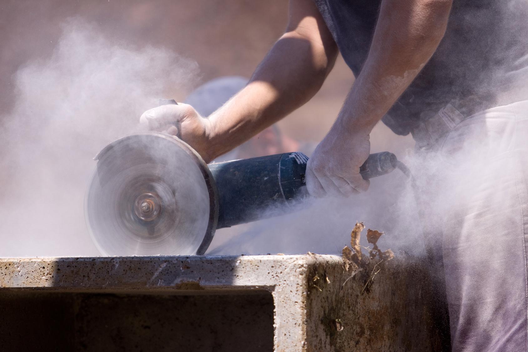 zdjęcie praca kamieniarza, cięcie kamienia